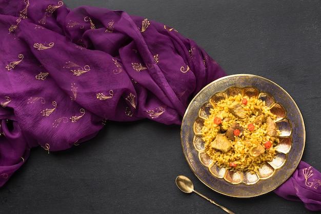 Płaskie Indyjskie Jedzenie I Fioletowe Sari Premium Zdjęcia