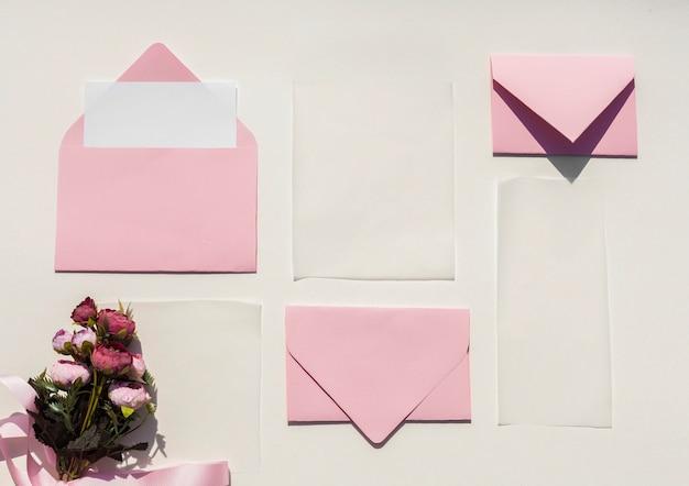 Płaskie Layowe Różowe Koperty Na Zaproszenia ślubne Darmowe Zdjęcia