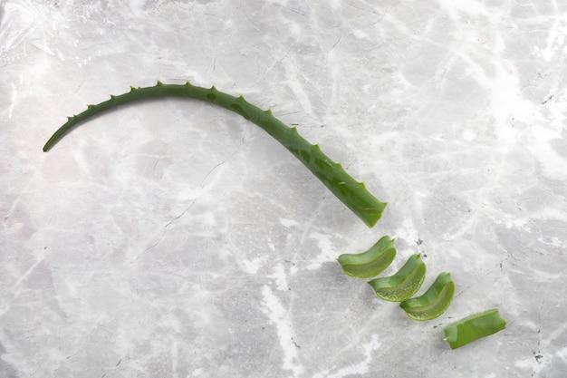 Płaskie Leżały Kawałki Aloesu Na Marmurowym Tle Darmowe Zdjęcia