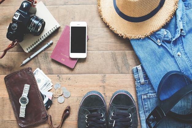 Płaskie Leżanki Z Elementów Trevelera, Podstawowe Dodatki Do Wypoczynku Młodych Inteligentnych Podróżników, Koncepcja Podróży Na Tle Drewna Darmowe Zdjęcia