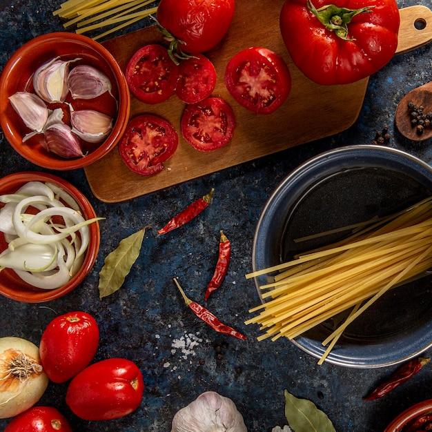Płaskie Pomidory Z Czosnkiem I Makaronem Darmowe Zdjęcia