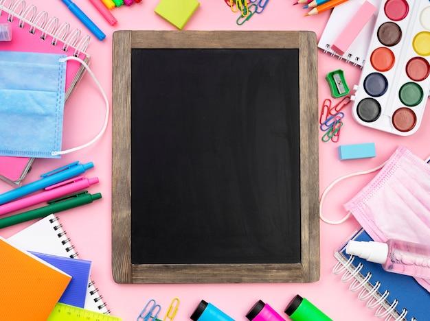 Płaskie Ukształtowanie Kolorowych Artykułów Szkolnych Z Tablicą Darmowe Zdjęcia