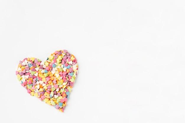 Płaskie ukształtowanie kolorowych kropi w kształcie serca Darmowe Zdjęcia