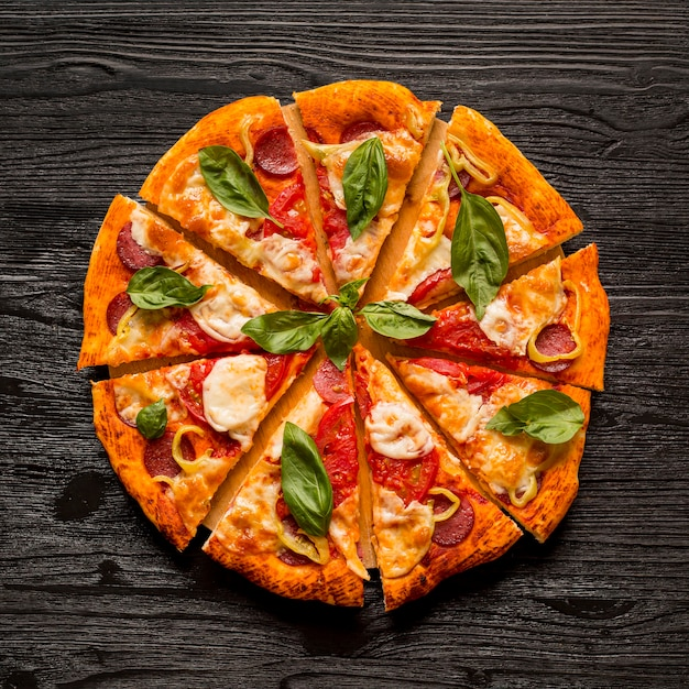 Płaskie Ukształtowanie Koncepcji Pysznej Pizzy Na Drewnianym Stole Premium Zdjęcia