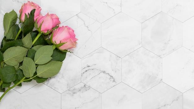 Płaskie ukształtowanie kwiatów z copyspace Darmowe Zdjęcia