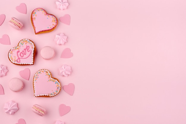 Płaskie Ukształtowanie Macarons I Ciasteczek W Kształcie Serca Na Walentynki Darmowe Zdjęcia