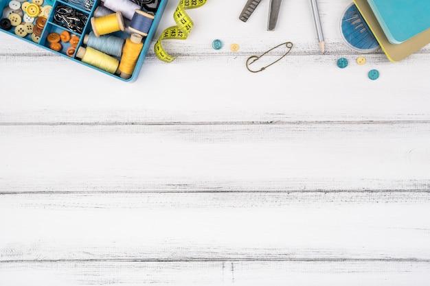 Płaskie Ukształtowanie Materiałów Do Szycia Na Drewnianym Stole Darmowe Zdjęcia