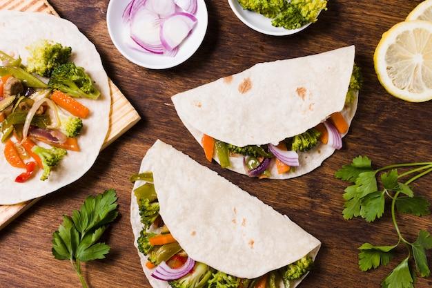 Płaskie ukształtowanie organicznych warzyw pakowane w pita Darmowe Zdjęcia
