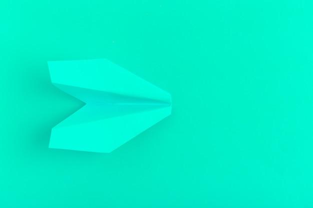 Płaskie ukształtowanie płaszczyzny papieru na zielonym pastelu Premium Zdjęcia