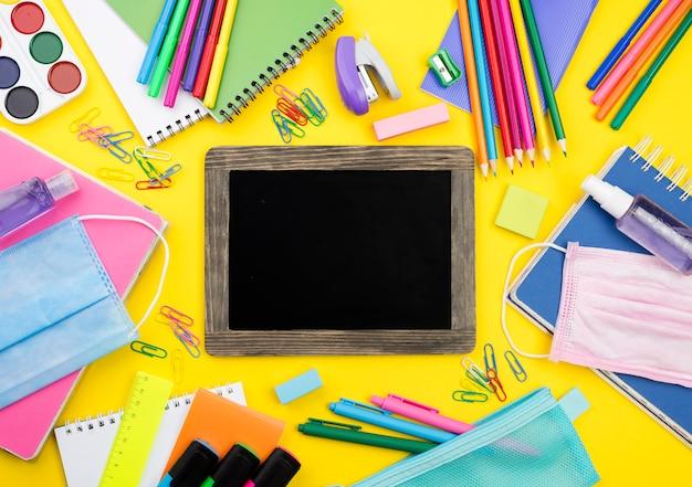 Płaskie Ukształtowanie Przyborów Szkolnych Z Kolorowymi Ołówkami I Tablicą Darmowe Zdjęcia