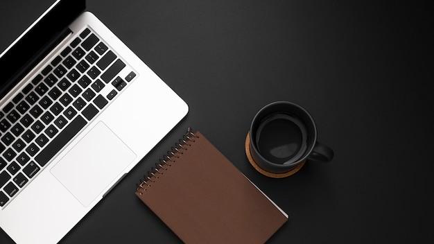 Płaskie Ukształtowanie Pulpitu Z Laptopem I Filiżanką Kawy Darmowe Zdjęcia