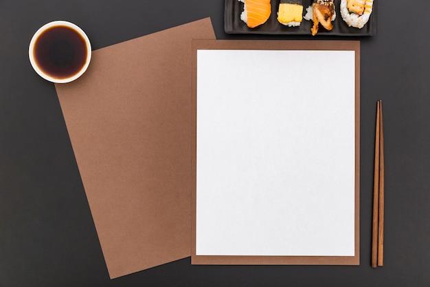 Płaskie Ukształtowanie Pustego Papieru Menu Z Sushi I Sosem Sojowym Darmowe Zdjęcia