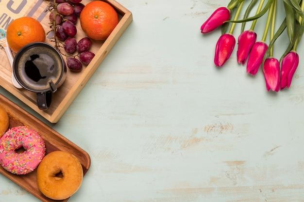 Płaskie ukształtowanie słodkiego śniadania i tulipanów Darmowe Zdjęcia