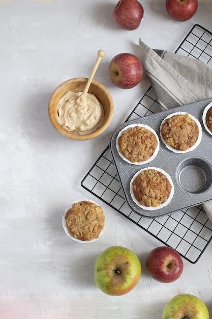 Płaskie ukształtowanie świeżo upieczonych babeczek jabłkowych Premium Zdjęcia