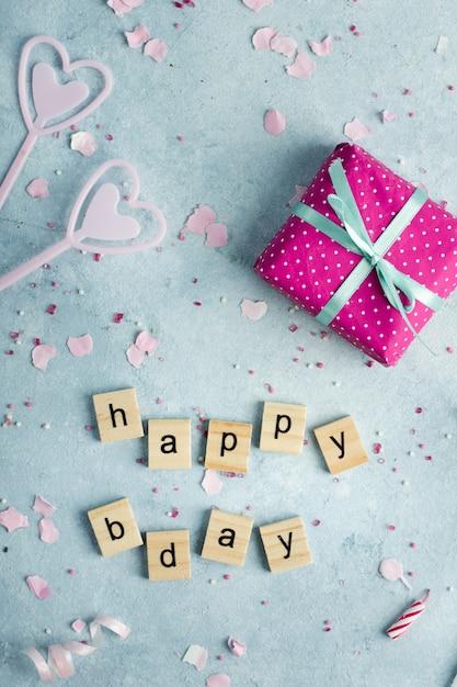 Płaskie Ukształtowanie życzenia Urodzinowe W Drewniane Litery I Prezent Darmowe Zdjęcia