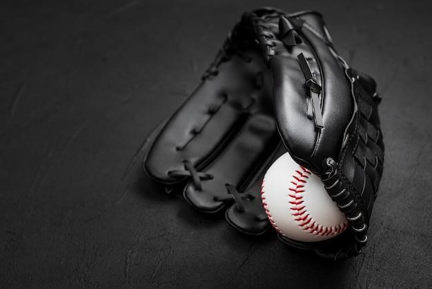 Płaskie Ułożenie Baseballu W Rękawicy Darmowe Zdjęcia