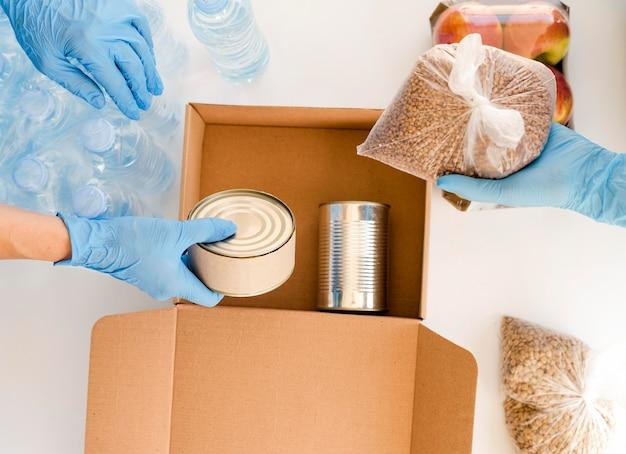 Płaskie Ułożenie Osób Przygotowujących Pudełko Z Darowizną żywności Darmowe Zdjęcia