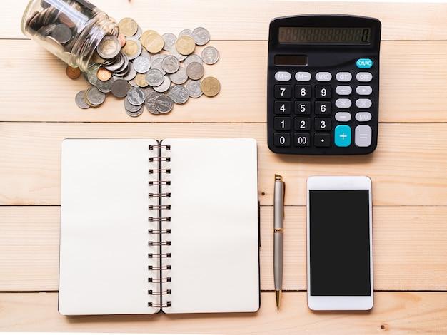Płaskie Ułożenie Pieniędzy, Smartfona, Kalkulatora I Notatnika Na Biurku Premium Zdjęcia
