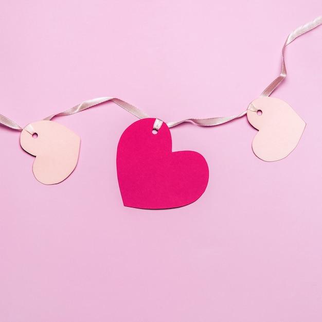Płaskie Ułożenie Różowych Serc Papierowych Premium Zdjęcia