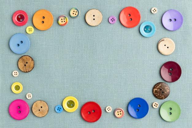 Płasko Leżały Kolorowe Guziki Na Tkaninie Darmowe Zdjęcia