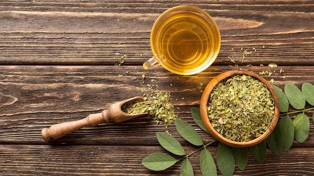 Płasko Położyć Zielone Liście I Filiżankę Herbaty Darmowe Zdjęcia