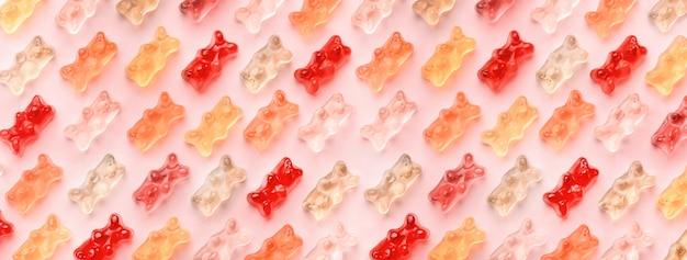 Płasko świeża Kompozycja Z Pysznymi żelkami, żelowymi Misiami Na Różowo Premium Zdjęcia