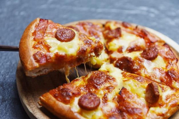 Plasterek Pizzy Na Ciemnym Tle Premium Zdjęcia