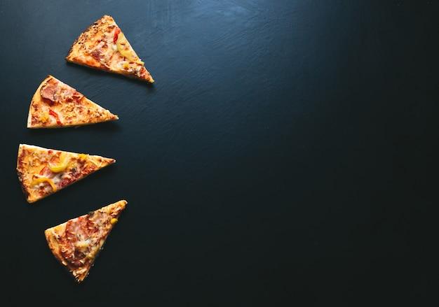 Plasterek Pizzy Na Czarnym Tle, Z Miejscem Na Tekst. Widok Z Góry Premium Zdjęcia