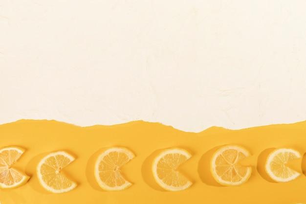 Plasterki cytryny wyrównane na stole Darmowe Zdjęcia