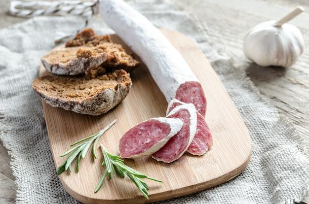 Plasterki Hiszpańskiego Salami Na Worze Premium Zdjęcia