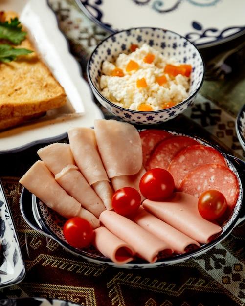 Plasterki Szynki I Kiełbasy Z Pomidorami Darmowe Zdjęcia