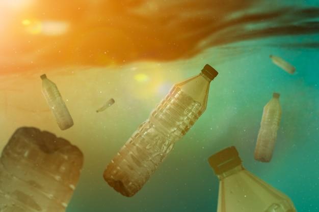 Plastikowe butelki pod morzem Premium Zdjęcia