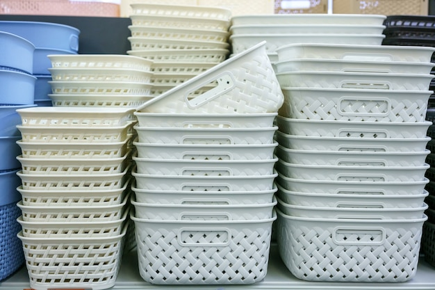 Plastikowe Koszyczki Na Półce W Sklepie Darmowe Zdjęcia