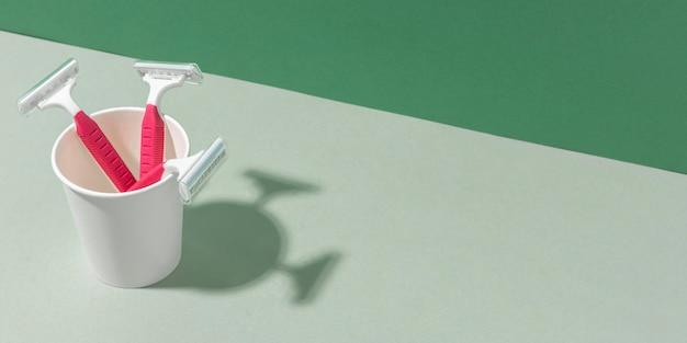 Plastikowe Kubki Z Wysokim Widokiem I żyletki Kopiują Przestrzeń Premium Zdjęcia