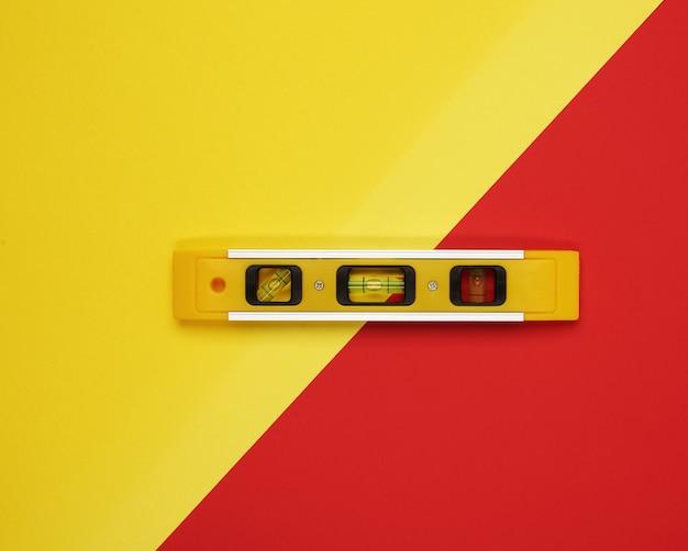 Plastikowe Narzędzie Do Poziomowania żółtego Na Powierzchni Bichromii Premium Zdjęcia