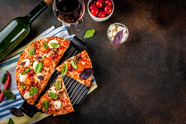 Plastry domowej pizzy i czerwonego wina Premium Zdjęcia