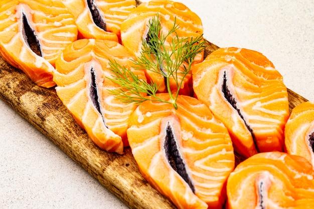 Plastry świeżego łososia. Składnik Do Gotowania Zdrowych Owoców Morza. Premium Zdjęcia