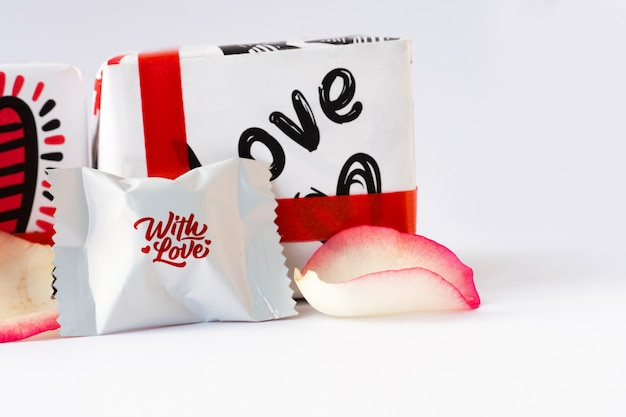 Płatki Róż I Czekoladki. Walentynki. Premium Zdjęcia