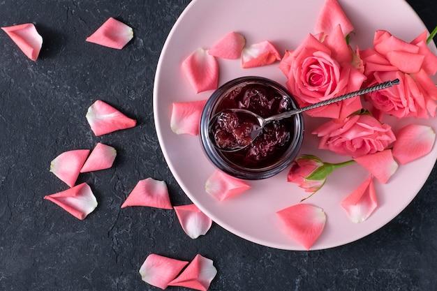 Płatki Róż Zakleszczają Się Na Czarnej Powierzchni Premium Zdjęcia