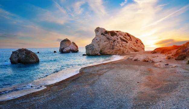 Plaża Afrodyty I Kamień O Zachodzie Słońca Premium Zdjęcia