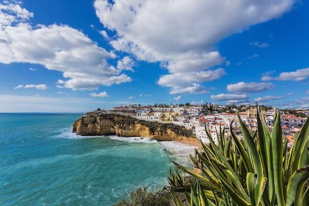 Plaża Carvoeiro W Portugalii. Scena Ulicy Morskiej. Premium Zdjęcia