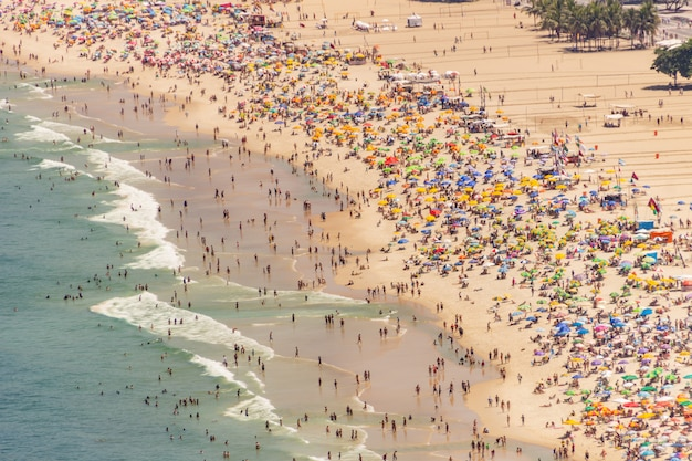 Plaża Copacabana Pełna W Typową Słoneczną Niedzielę W Rio De Janeiro. Premium Zdjęcia