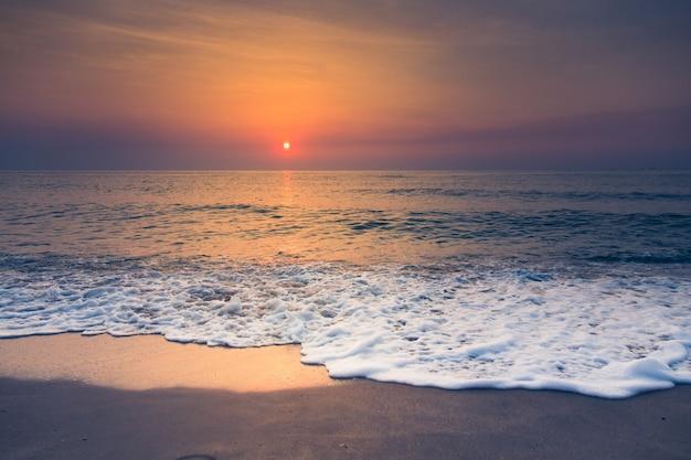 Plaża i tropikalny zachód słońca Darmowe Zdjęcia