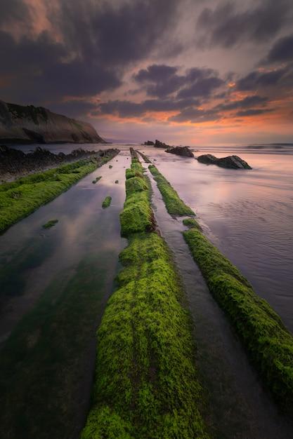 Plaża Itzurun W Zumaia Ze Słynnym Fliszowym Wybrzeżem W Kraju Basków. Premium Zdjęcia