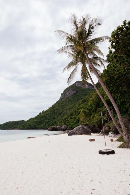 Plaża Na Tropikalnej Wyspie. Czysta Niebieska Woda, Piasek, Chmury. Darmowe Zdjęcia