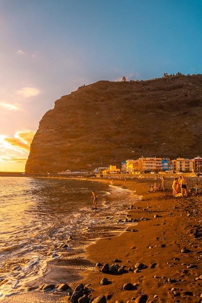 Plaża O Zachodzie Słońca W Puerto De Tazacorte Na Wyspie La Palma, Wyspy Kanaryjskie. Hiszpania Premium Zdjęcia