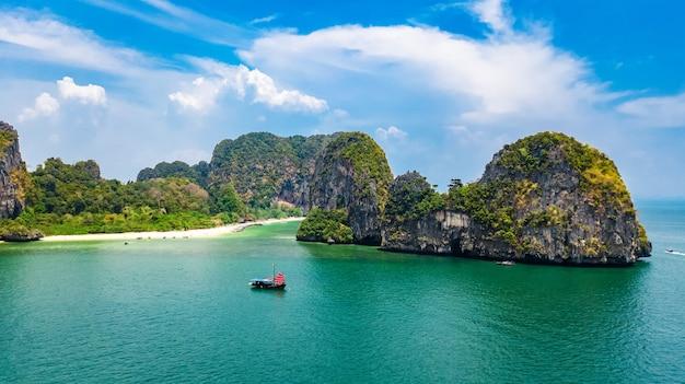 Plaża Railay W Tajlandii, Prowincja Krabi, Widok Z Lotu Ptaka Na Tropikalne Plaże Railay I Pranang Oraz Wybrzeże Morza Andamańskiego Z Góry Premium Zdjęcia
