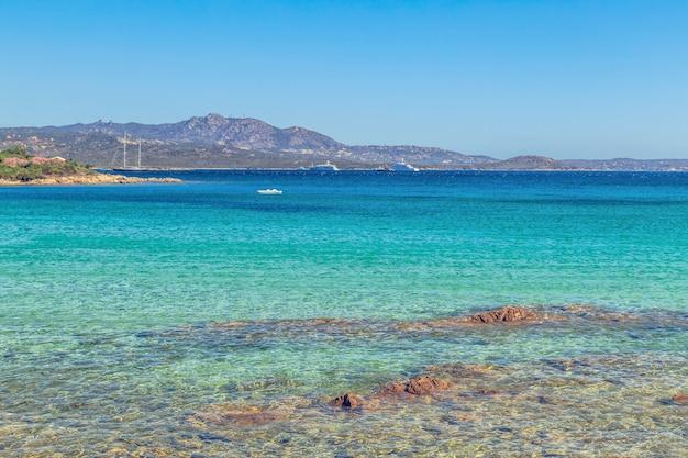 Plaża W Costa Smeralda, Sardynia, Włochy. Premium Zdjęcia