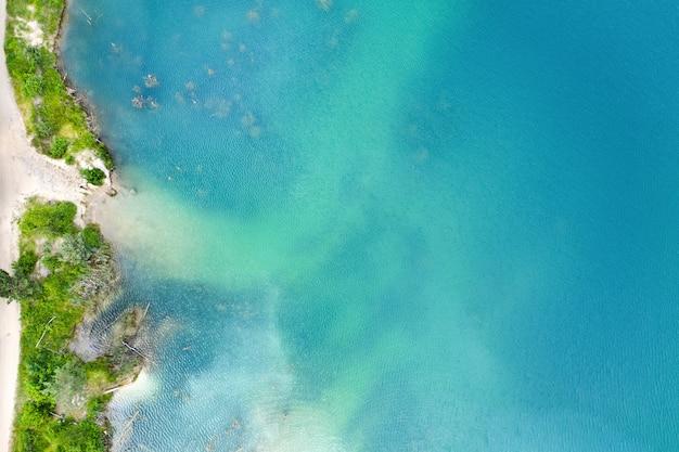 Plaża W Pobliżu Jeziora Z Czystą, Błękitną Wodą Premium Zdjęcia