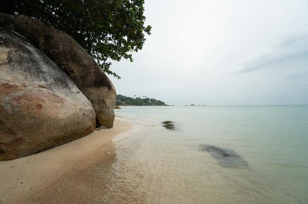 Plaża Ze Skałami Na Tropikalnej Wyspie Premium Zdjęcia